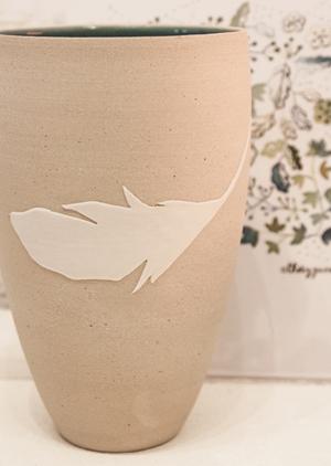 gobelet a plume de porcelaine par Geraldine K ceramiste