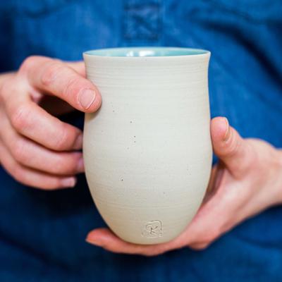 mains et gobelets de Geraldine K ceramiste